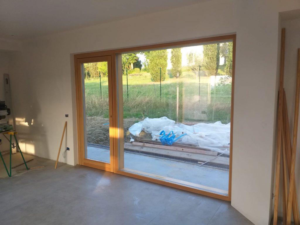 La totale cura del foro finestra è un elemento fondamentale per realizzare una casa ecosostenibile