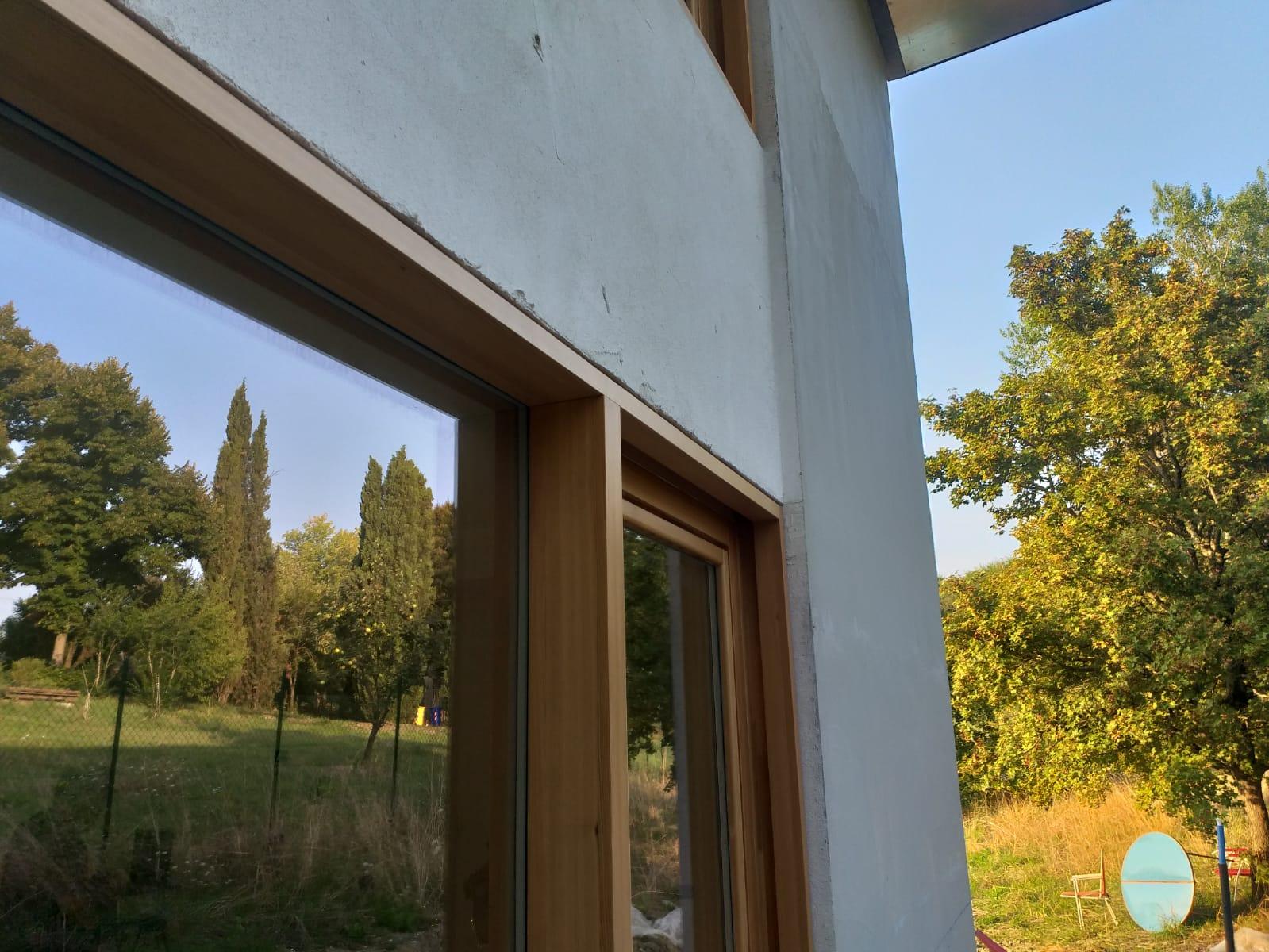 Ampie vetrate per una casa ecosostenibile realizzata a Parma